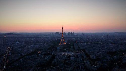 Panoramablick über Paris mit dem Eiffelturm in der Mitte