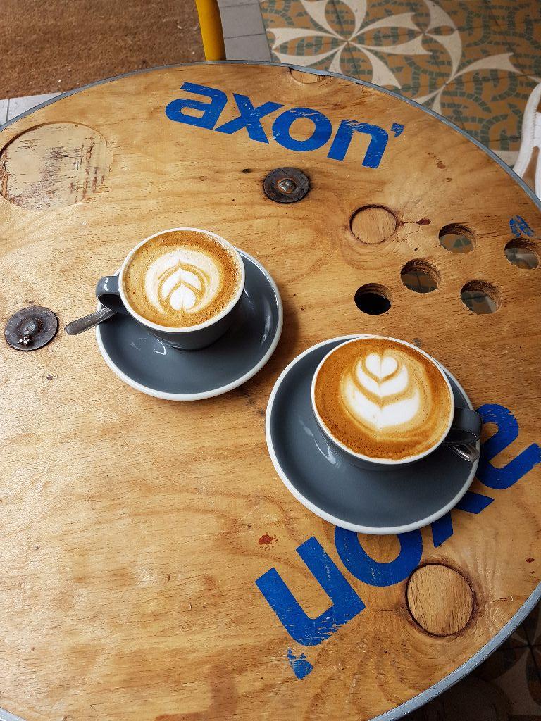 Lecker Cappuccino im Le Peloton Café