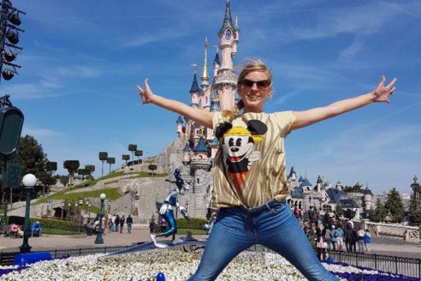 Svenja von Work Travel Balance vor dem Disneyschloss