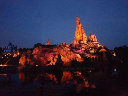 Die Holzachterbahn im Disneyland Paris ist auf einer Insel in einem See