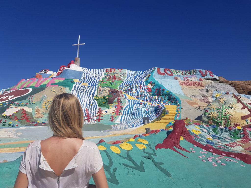 Rundreise Westküste USA: Eine Sehenswürdigkeit ist der bunte Hügel Salvation Mountain in Slab City