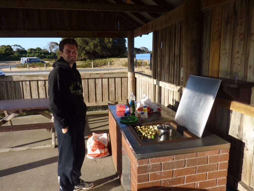 Abendessen am öffentlichen BBA im Narawntapu Nationalpark in Tasmaniens Norden - Tasmanien-Sehenswürdigkeiten auf deiner Tasmanien-Rundreise