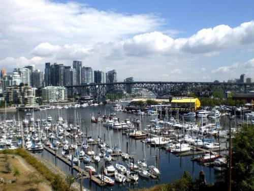 Vancouver in Kanada mit der Skyline und vielen Booten im Hafen