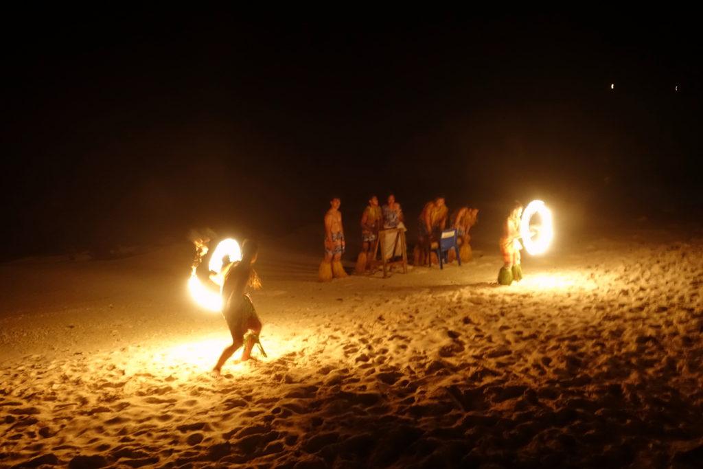 Samoa-Reisebericht: Feuertanz in den Matareva Beach Fales als Abend- und Kulturprogramm - ein Highlight in Samoa