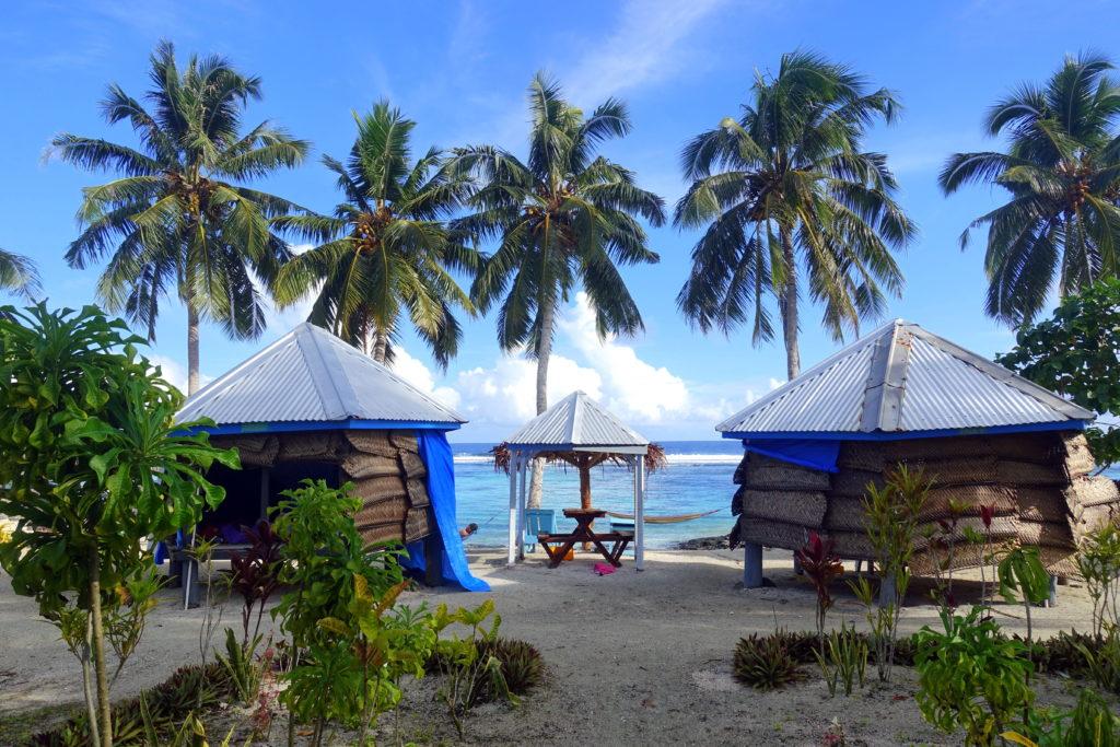 Backpacking in Samoa in der Südsee: günstige Unterkunft in Samoa: Matareva Beach Fales direkt am Strand mit traiditionellen Beach Fales und Cabins - wunderschöner Privatstrand mit Palmen und Schnorcheln