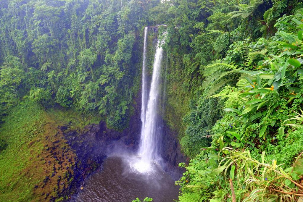der wunderschöne Fuipisia-Wasserfall ist eine tolle Sehenswürdigkeit in Samoa und gehört als Highlight in unseren Samoa-Reisebeircht