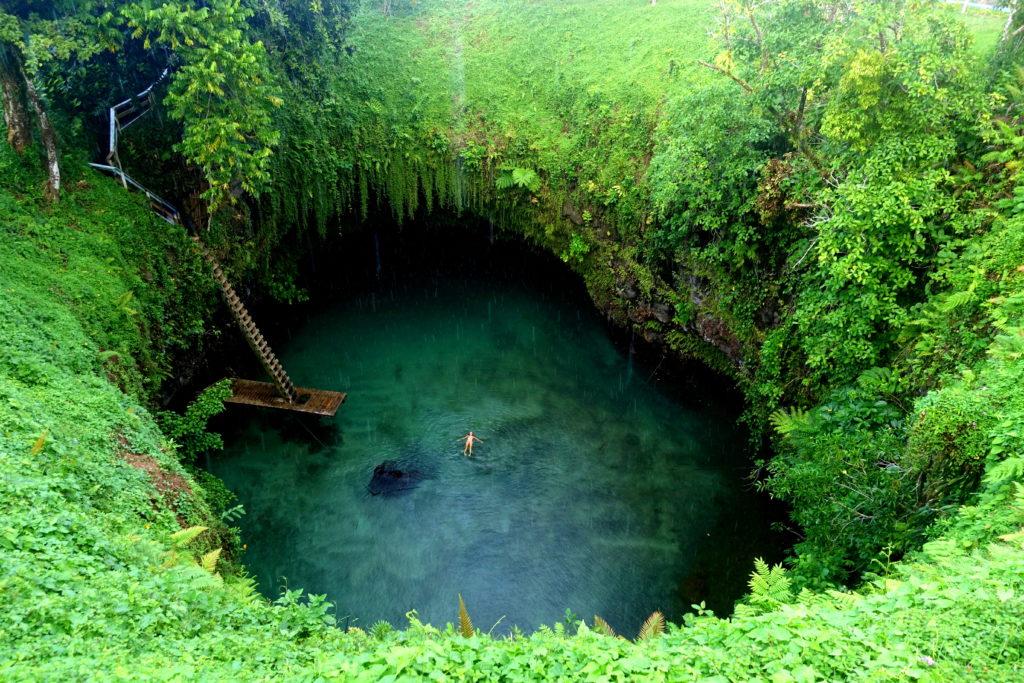 Sehenswürdigkeit in Samoa: das To-Sua Ocean Trench ist ein Wasserloch mit extrem blauen Wasser, in dem man schwimmen kann - Samoa Reisebericht