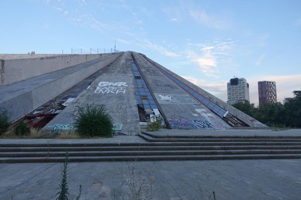 Backpacking in Albanien – Sehenswürdigkeiten in Tirana: Pyramide