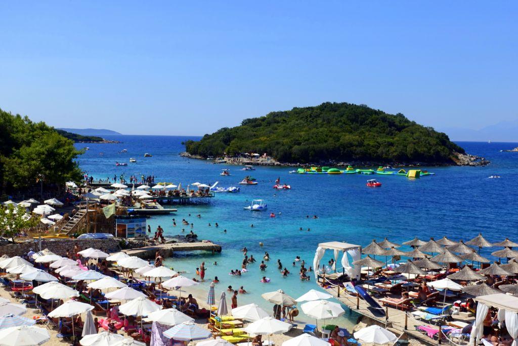 Sehenswürdigkeiten in Albanien: der Strand von Ksamil- Backpacking in Albanien