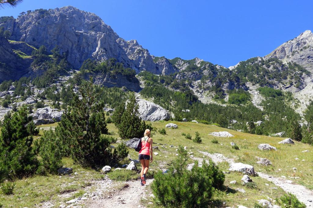 Backpacking in Albanien – Berglandschaft im Theth Nationalpark ist eine Sehenswürdigkeit auf deiner Reise in Albanien