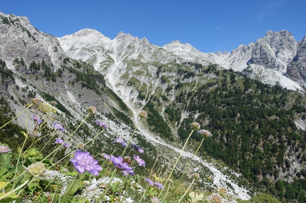 Backpacking in Albanien – Berglandschaft im Theth Nationalpark ist eine Sehenswürdigkeit auf deiner Reise