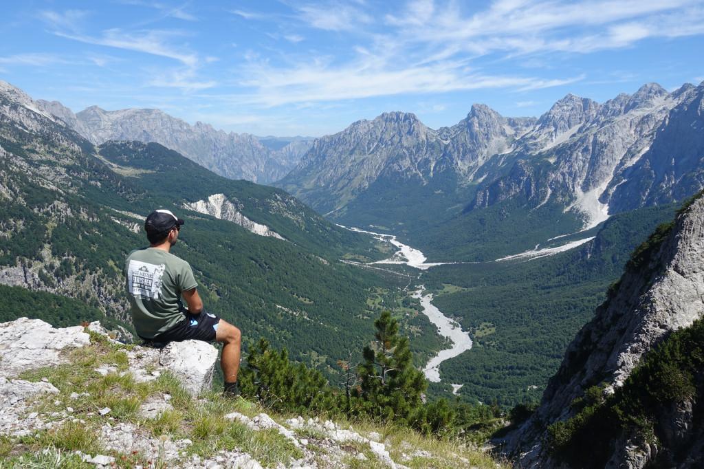 Backpacking in Albanien – Berglandschaft im Theth Nationalpark ist eine Sehenswürdigkeit auf deiner Reise in den Albanischen Alpen