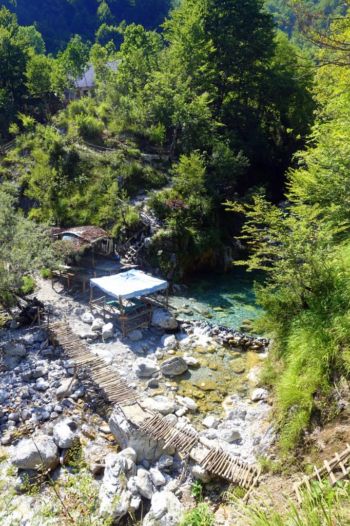 Backpacking in Albanien – Cafe im Theth Nationalpark am Blue Eye