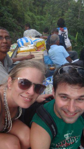 Reise auf dem Dach vom überfüllten Bus auf den Philippinen