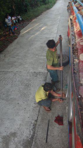 Reifenpanne auf den Philippinen mit dem Bus