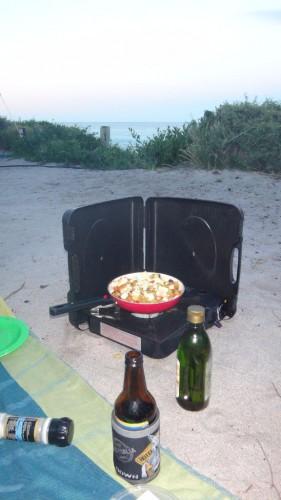 Backpacking in Tasmanien: Gaskocher mit Pfanne am Strand von Tasmanien. Hier kochen wir gerade am Bay of Fires