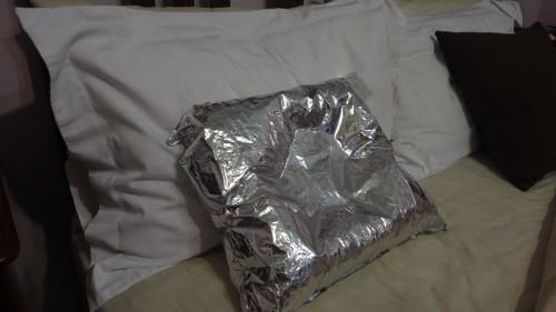 Komfortables Camping in Tasmanien mit diesem Kissen aus einem leeren Goon-Behälter
