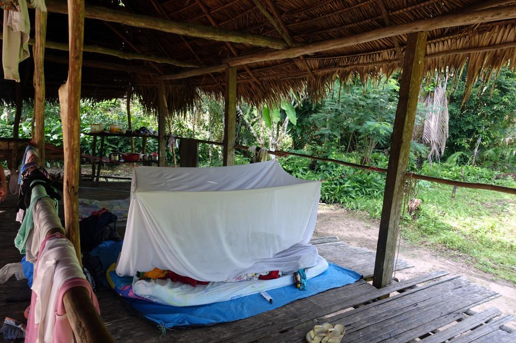 Einfache Betten mit Moskitonetz bei der Amazonas-Tour