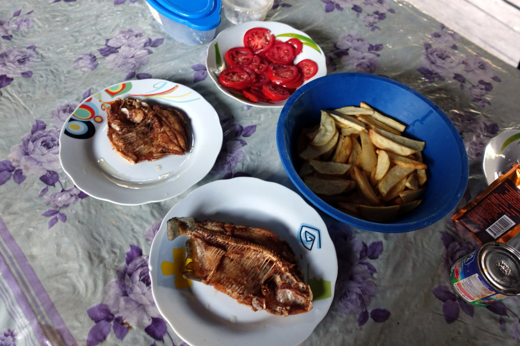 Piranha-Essen bei der Amazonas-Tour in Peru