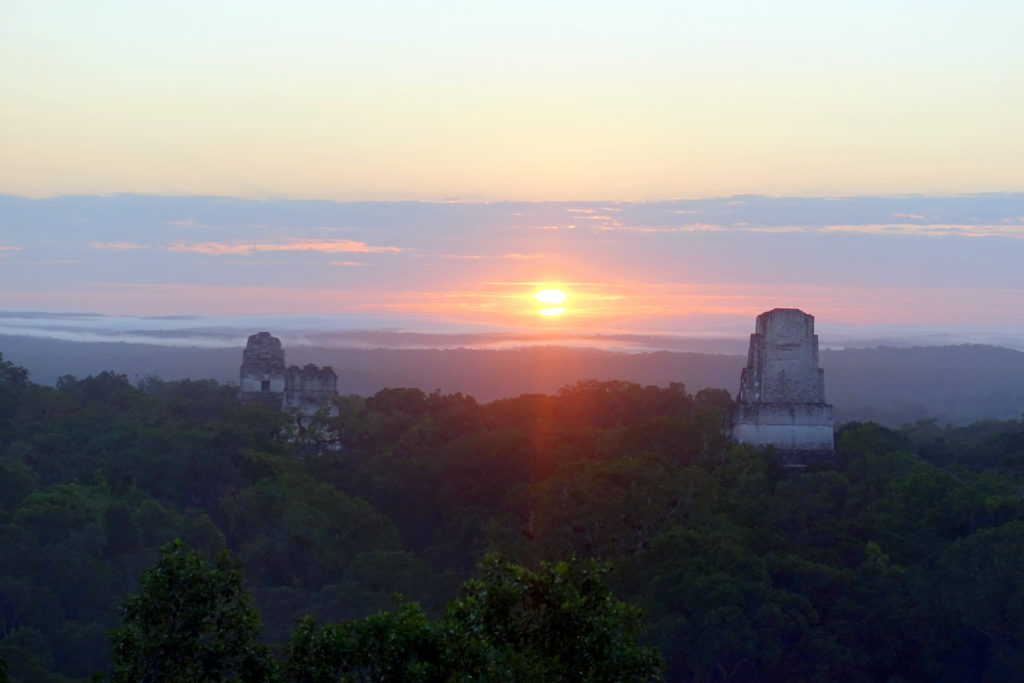 Backpacking in Guatemala - Guatemala Reiseroute & Sehenswürdigkeiten - Sonnenaufgang in Tikal - Tempel in Tikal vor Sonne
