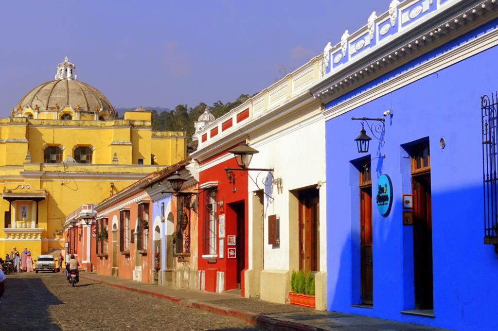 Backpacking in Guatemala - Guatemala Reiseroute - Bunte Häuser in der Altstadt von Antigua