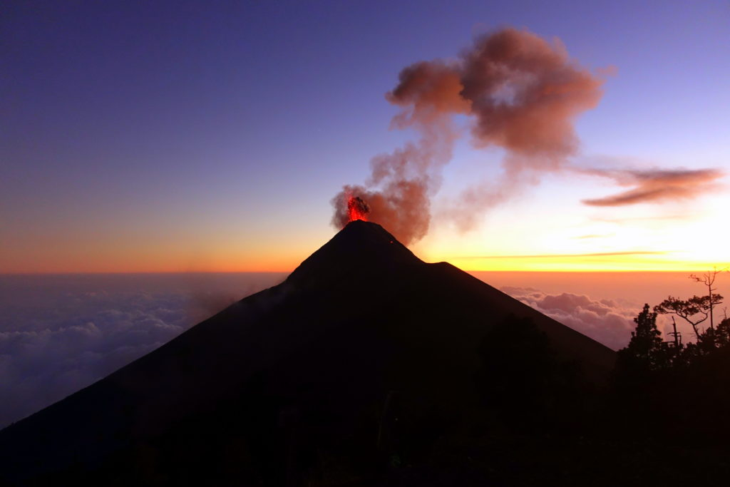 Backpacking in Guatemala - Guatemala Reiseroute & Sehenswürdigkeiten - Vukan Fuego Ausbruch - Lava