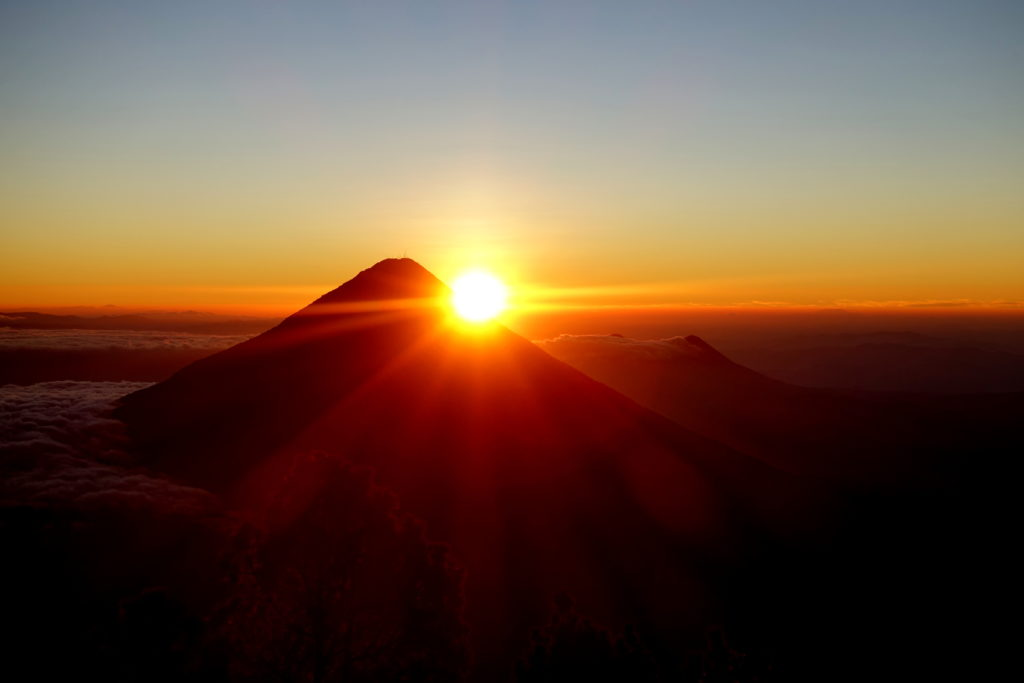 Backpacking in Guatemala - Guatemala Reiseroute & Sehenswürdigkeiten - Sonnenaufgang hinter dem Vulkan Agua - zu sehen vom Acatenango Base Camp