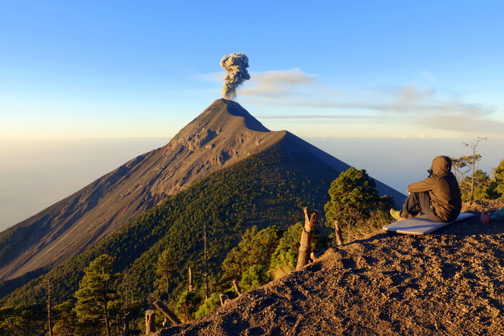 Backpacking in Guatemala - Guatemala Reiseroute & Sehenswürdigkeiten - Blick von unserem Camp auf den Acatenango am Morgen