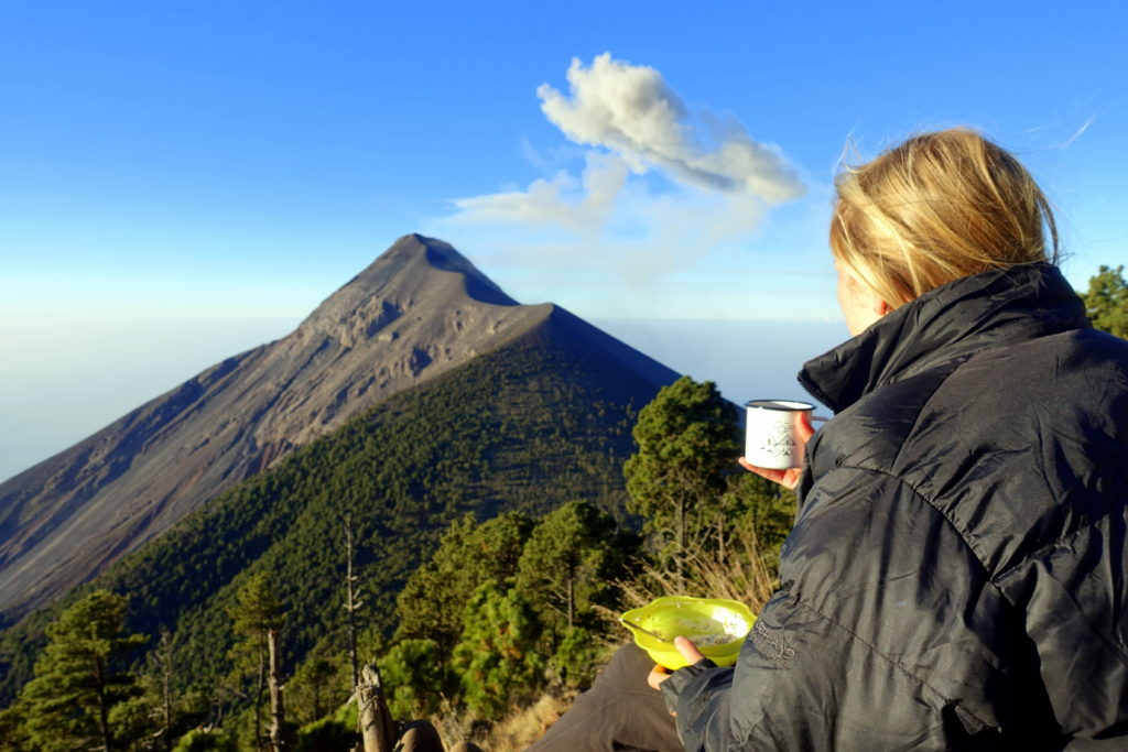 Backpacking in Guatemala - Guatemala Reiseroute & Sehenswürdigkeiten - Blick auf den Vulkan Fuego vom Base Camp Acatenango