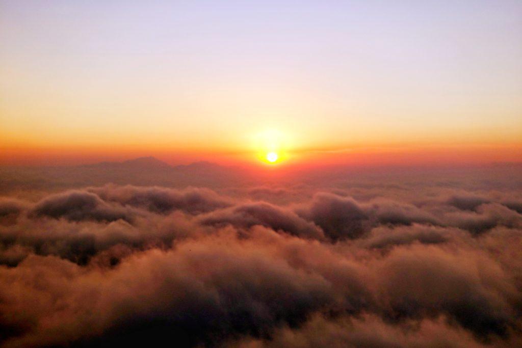Backpacking in Guatemala - Guatemala Reiseroute & Sehenswürdigkeiten - Sonnenuntergang über den Wolken auf dem Vulkan Pacaya