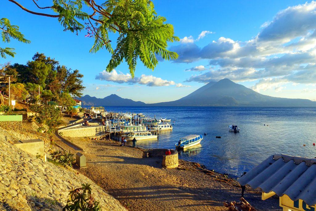 Backpacking in Guatemala - Guatemala Reiseroute & Sehenswürdigkeiten - Blick auf den Lago Atitlán von Panajachel