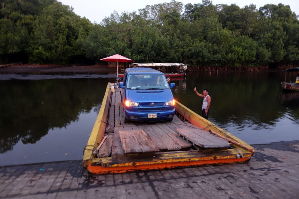 Vanlife in Zentralamerika - Fähre in Guatemala mit dem Bulli