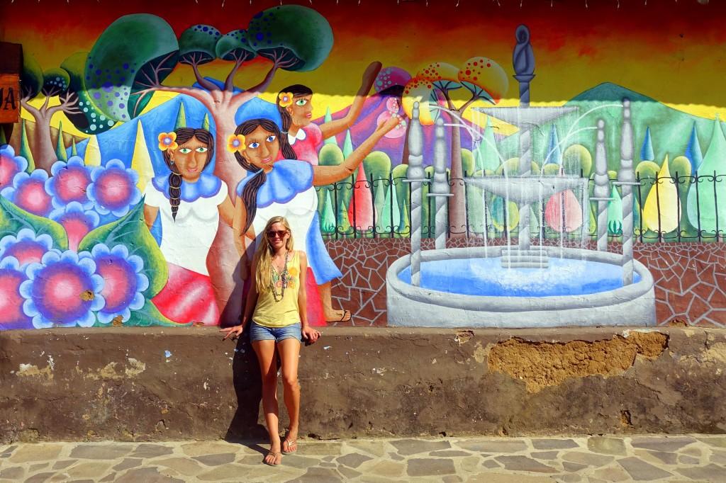 Bunte Häuserwand auf der Ruta de las Flores in El Salvador - Reisetipps für Backpacking in El Salvador