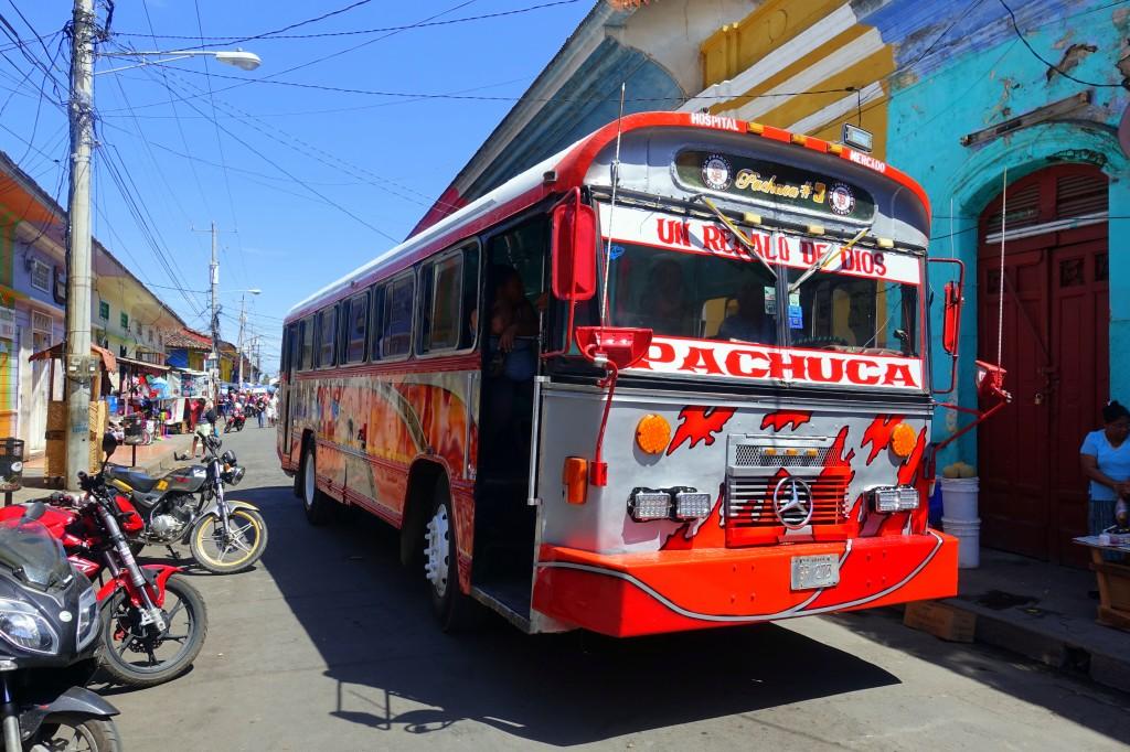 Bunter Bus in der Innenstadt von Granada - Nicaragua Reisebericht