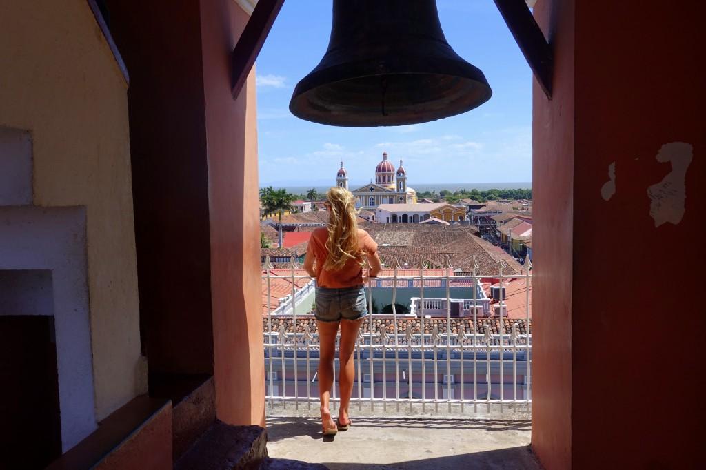 Blick vom Glockenturm einer Kirche über die Dächer der Kolonialstadt Granadas - Nicaragua Reisebericht