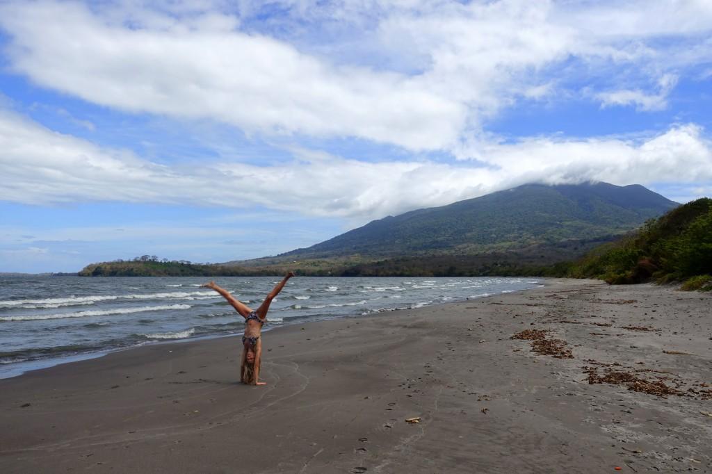 Handstand am Playa Santo Domingo auf der Insel Ometepe - Nicaragua Reisebericht
