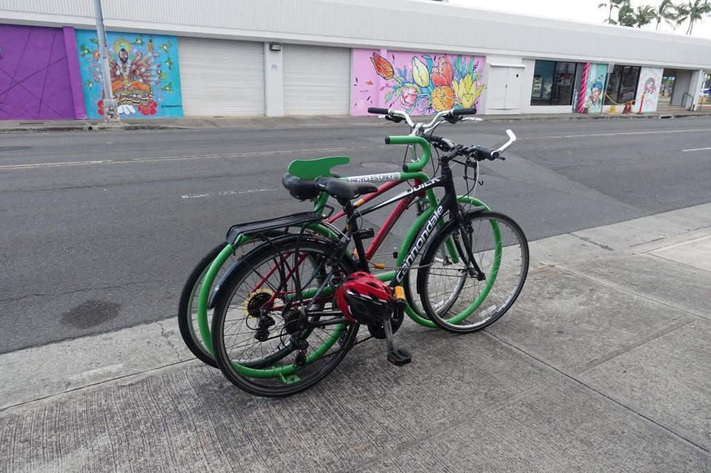 Fahrradständer in Honolulu mit unseren Fahrrädern auf Hawaii - Reisebericht über Hawaii mit dem Fahrrad