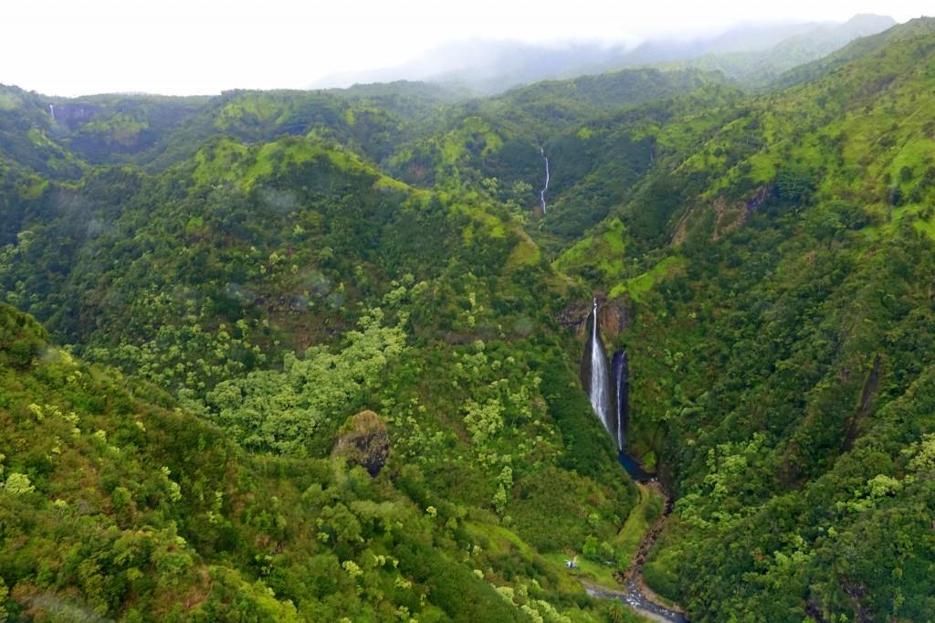 Sehenswürdigkeiten auf Kauai: Jurassic Falls bei unserem Helikopter-Rundflug