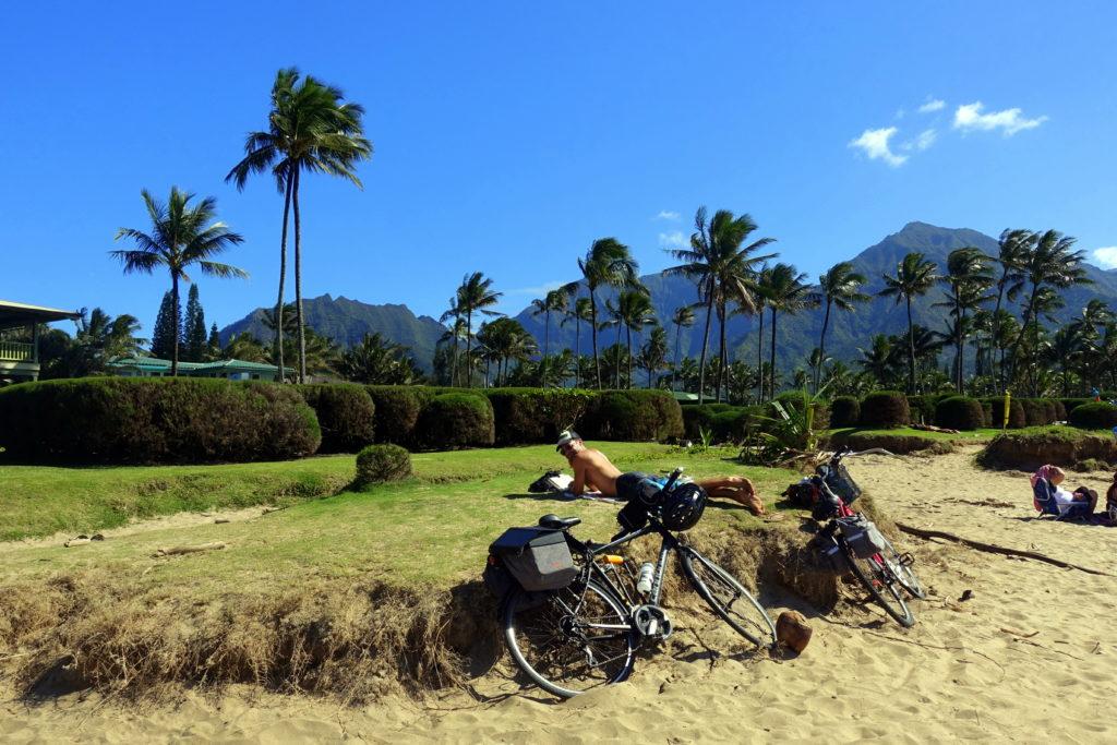 Fahrrad-Pause am Strand auf Kauai in der schönen Hanalei Bucht - Hawaii Fahrrad-Reisebericht