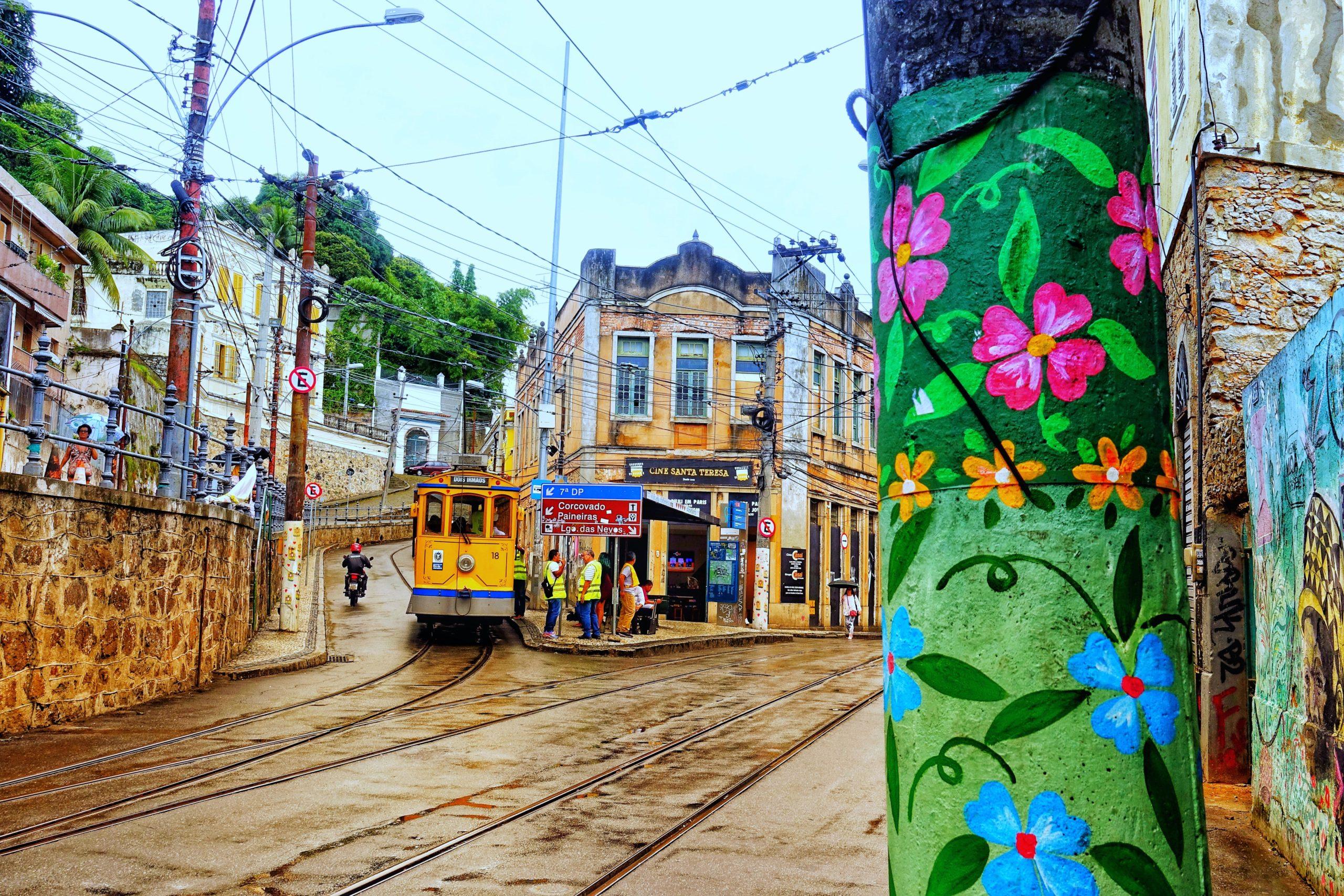 Die gelbe Santa Teresa Tram ist eine Sehenswürdigkeit in Rio de Janeiro und auch ein Geheimtipp