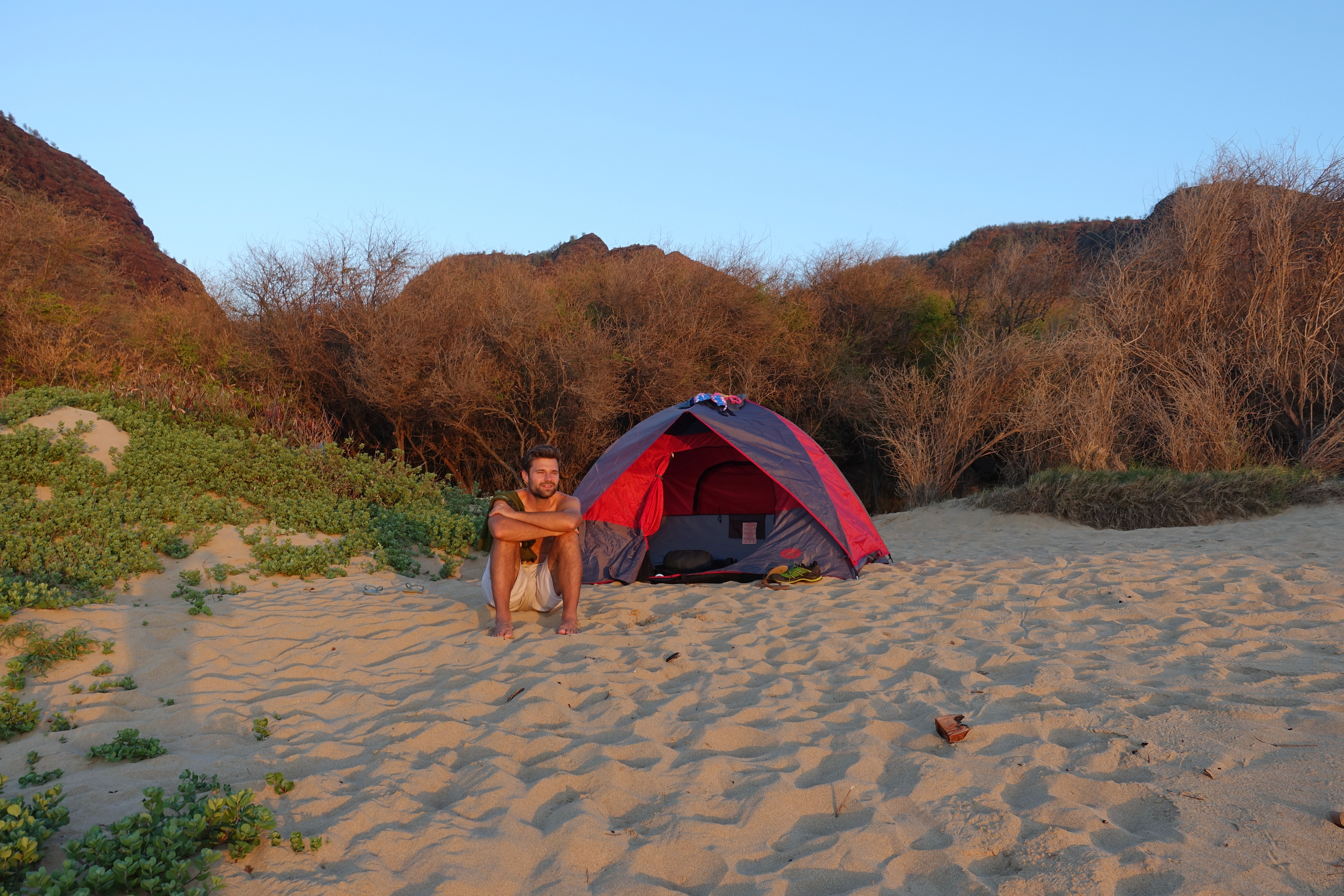 Sehenswürdigkeiten und Camping auf Kauai und Camping auf Kauai, Hawaii. Der Polihale Beach ist einer der schönsten Strände und Campingplätze auf Kauai