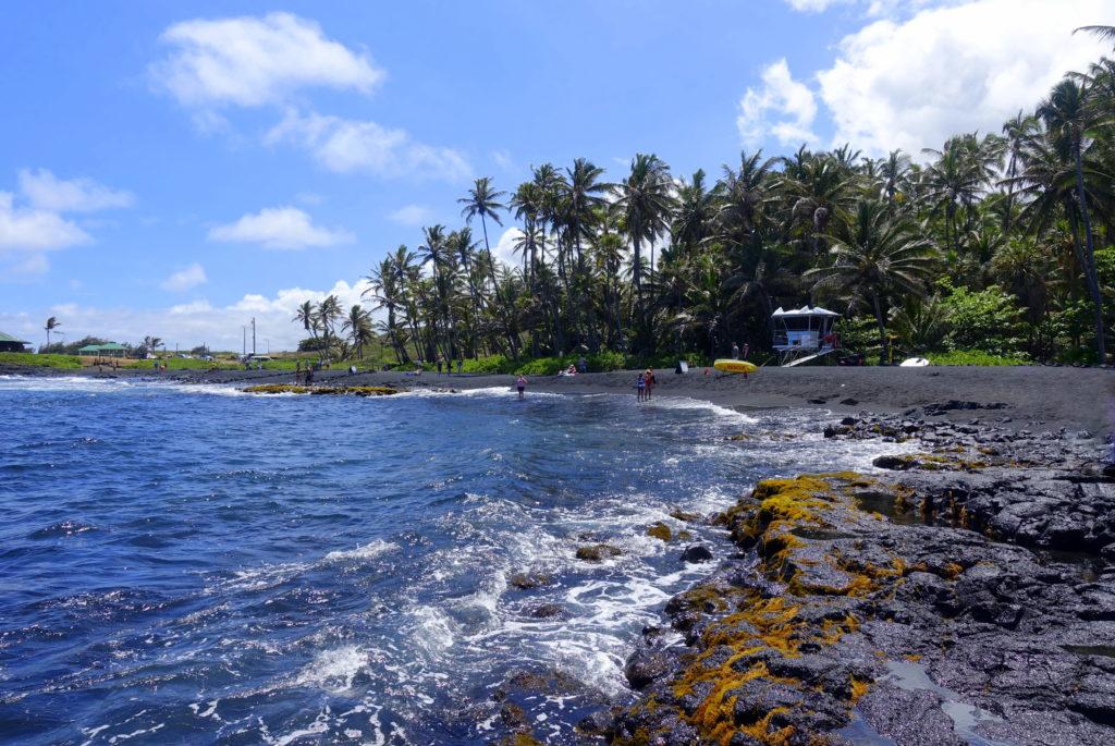 Camping am Black Sand Beach auf Big Island Hawaii - Campingplatz hinten links zu sehen