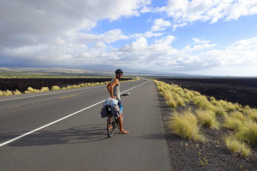 Mit dem Fahrrad auf Big Island. In Kona sind die Seitenstreifen breiter, da man hier für den Iron Man trainiert - Hawaii mit dem Fahrrad - Tipps und Erfahrungsbericht für Hawaii on Bikes
