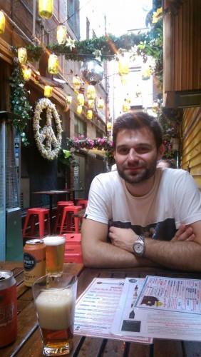 Peter in der Chuckle Bar in Melbourne's Chuckle Bar. In nur 24 Stunden in Melbourne erkunden wir Bars und Restaurants
