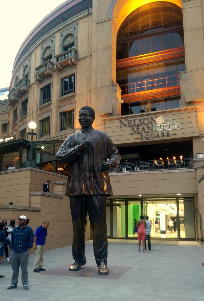 Sehenswürdigkeit in Johannesburg: Die Nelson Mandela Statue am Nelson Mandela Square