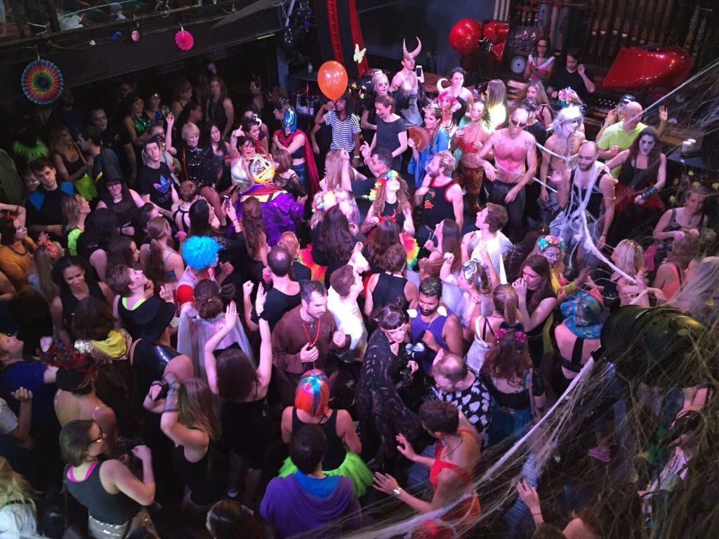 Feiern in London bei der Morninggloryville Party
