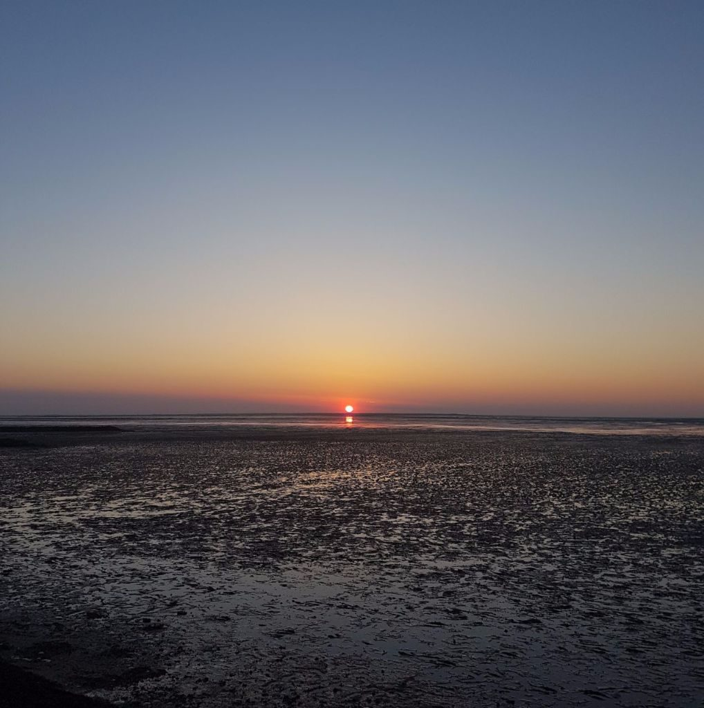Sonnenuntergang an der Nordseeküste in Neuharlingersiel