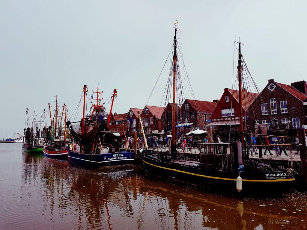 Hafen von Neuharlingersiel an der Nordsee mit Schiffskuttern