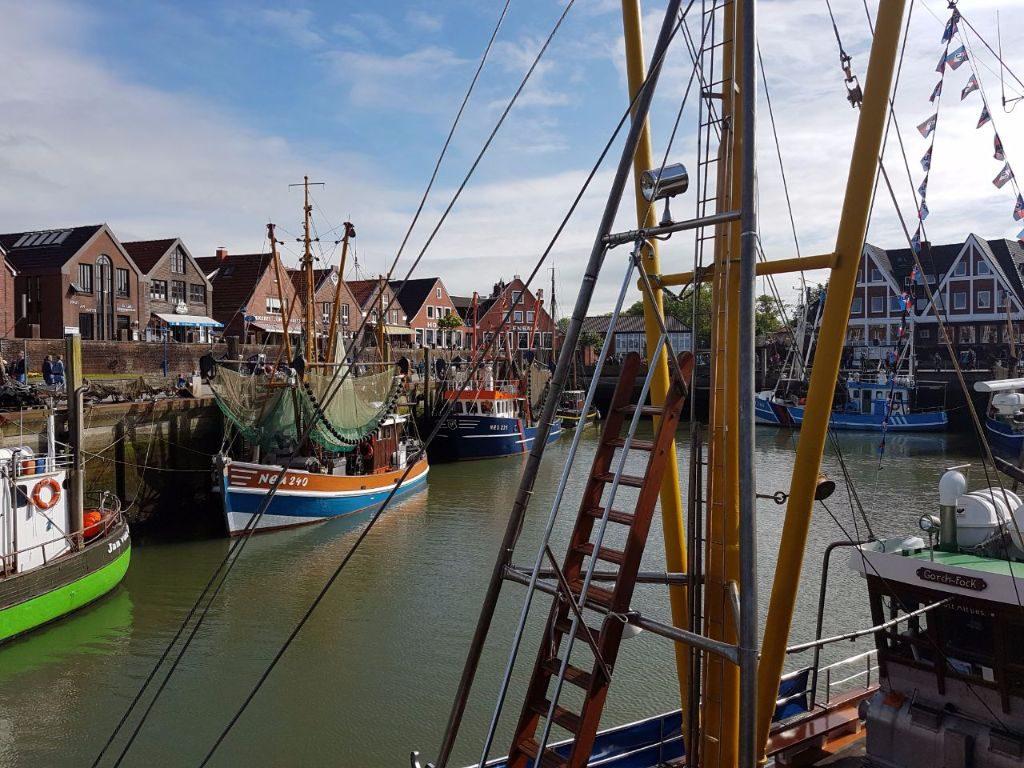 Krabben-Kutter im Nordseehafen Neuharlingersiel