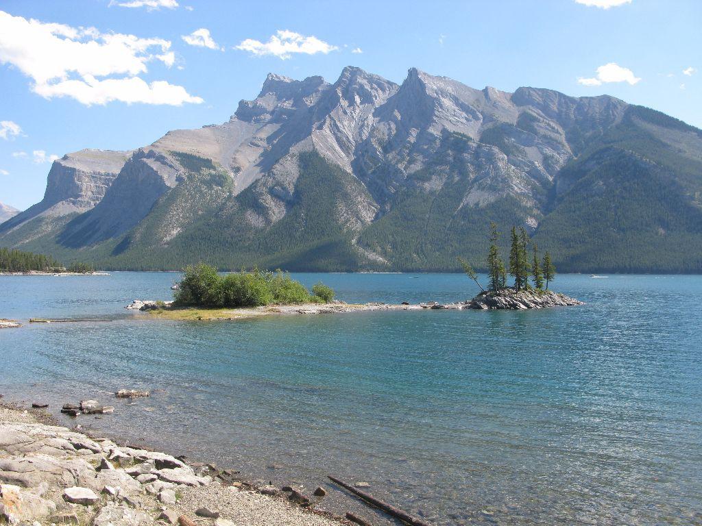 Wunderschöner See mit klarem Wasser am Rande von Banff in Kanada. Eine weitere Sehenswürdigkeit auf jeder Rundreise oder Backpacking-Trip in Kanadas Westen